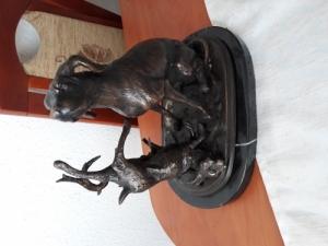 Vadász vizsla nyúllal bronz szobor