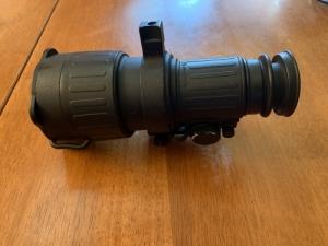 ATN PS-22 éjjelátó céltávcső előtéttel, infravetővel